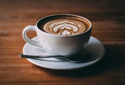 Im Café Kaffee genießen